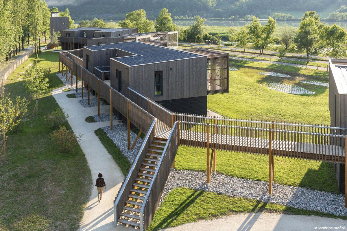 Village des oiseaux Motz construction bois isolation fibres de bois bâtiment biosourcé